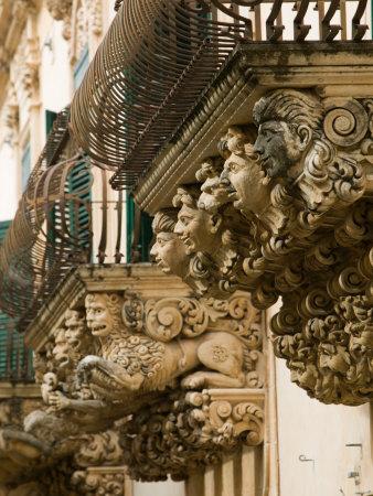 Particolare dell'edificio barocco Palazzo Villadorata, Palazzo Nicolaci, Noto, Sicilia Accquista questo poster